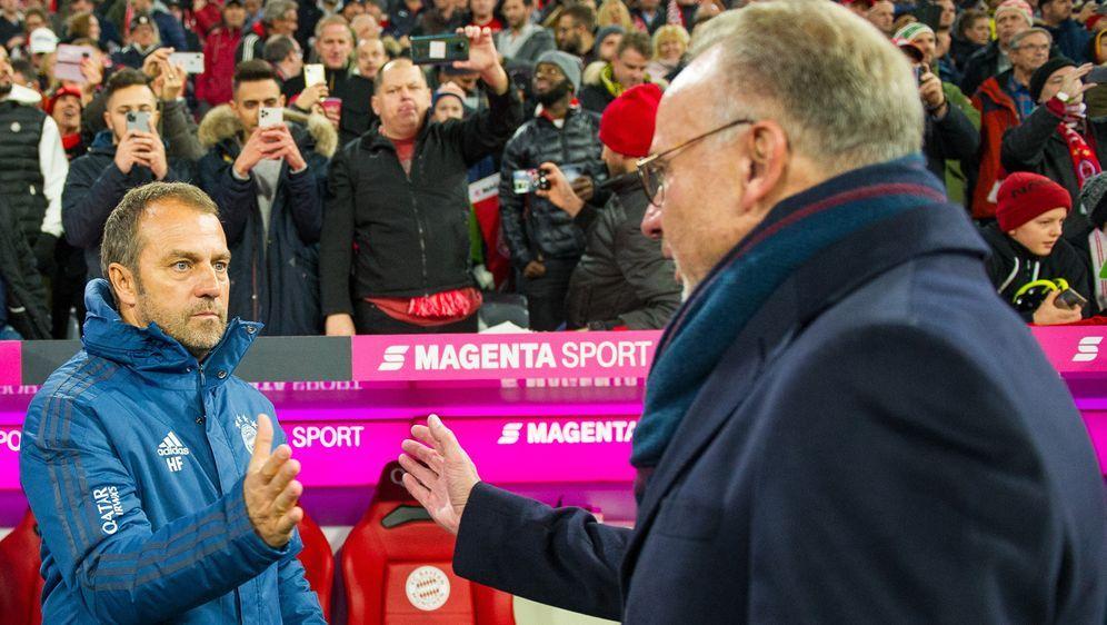 Karl-Heinz Rummenigge spricht Hansi Flick das Vertrauen aus. - Bildquelle: imago