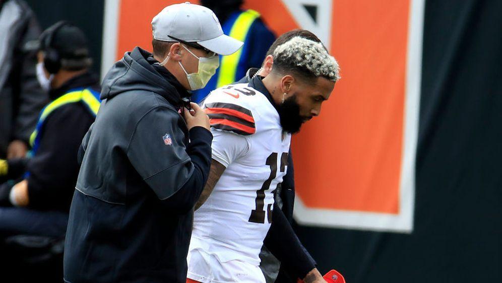 Odell Beckham von den Cleveland Browns wurde verletzt in die Kabine begleite... - Bildquelle: 2020 Getty Images