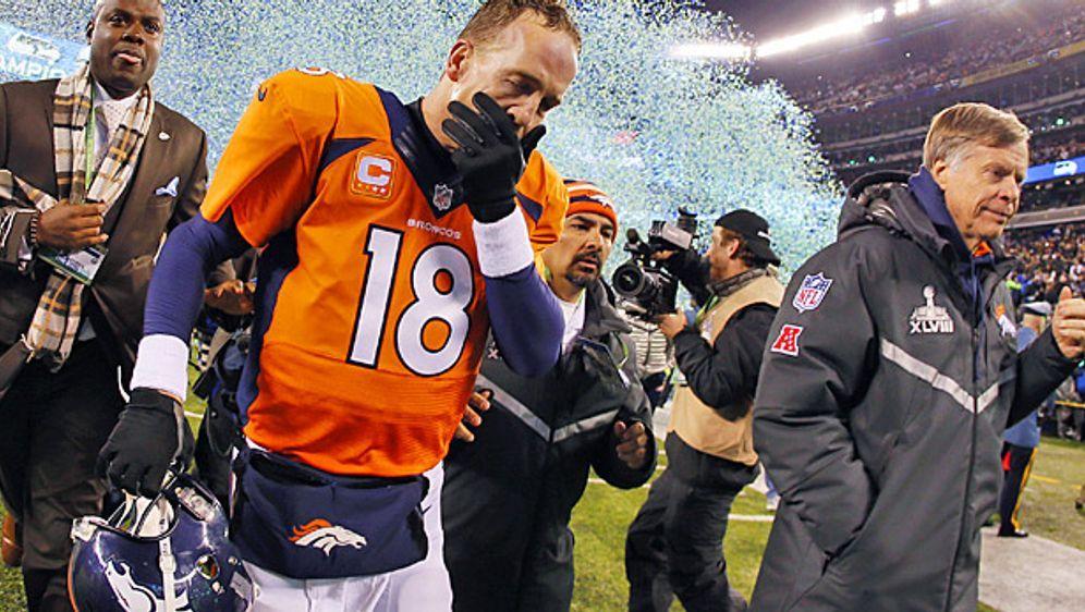 Star-Quaterback Peyton Manning von den Denver Broncos geht beim Super Bowl v... - Bildquelle: getty