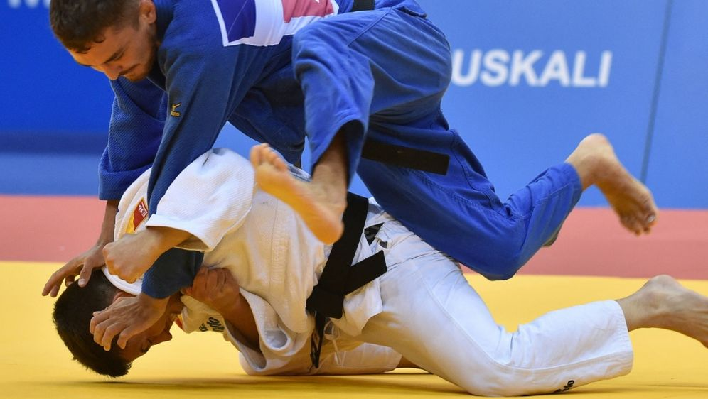 Moritz Plafky (blau) verliert gegen Gusman Kyrgysbajew - Bildquelle: AFPSIDSERGEI GAPON