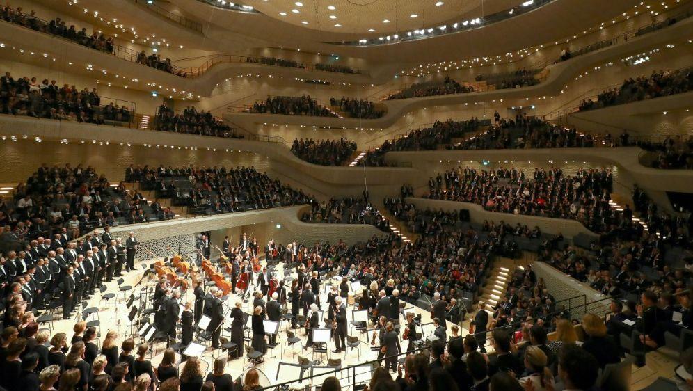 Der Blick in die Hamburger Elbphilharmonie - Bildquelle: POOL  AFPSIDCHRISTIAN CHARISIUS