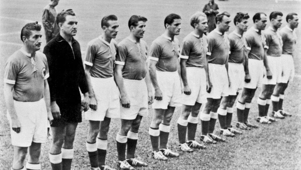 Kapitän Fritz Walter und die Nationalmannschaft 1954 - Bildquelle: AFPSID
