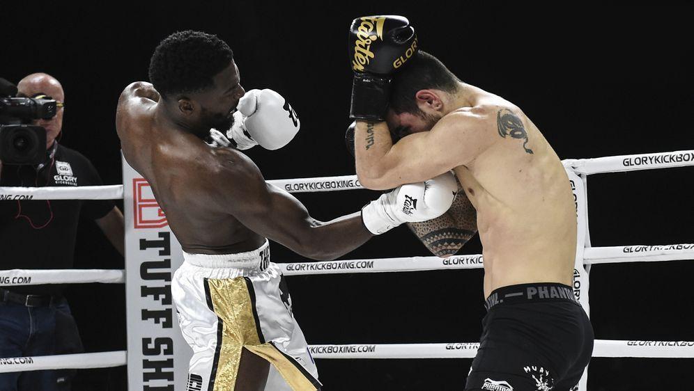 Cedric Doumbe (li.) will seinen Titel gegen Erzfeind Groenhart verteidigen - Bildquelle: Glory Kickboxing