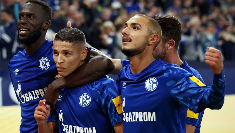 Harit (2.v.l.) trifft - Schalke schlägt Mainz - Bildquelle: FIROFIROSID