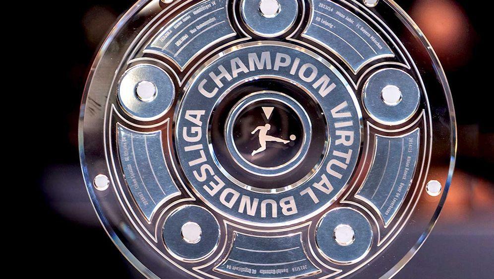 Der Sieger der Virtual Bundesliga erhält die Meisterschale. - Bildquelle: DFL