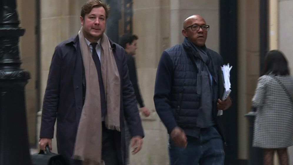 Papa Massata Diack (r.) wurde am Dienstag befragt. - Bildquelle: AFPTVSIDDAVID CANTINIAUX