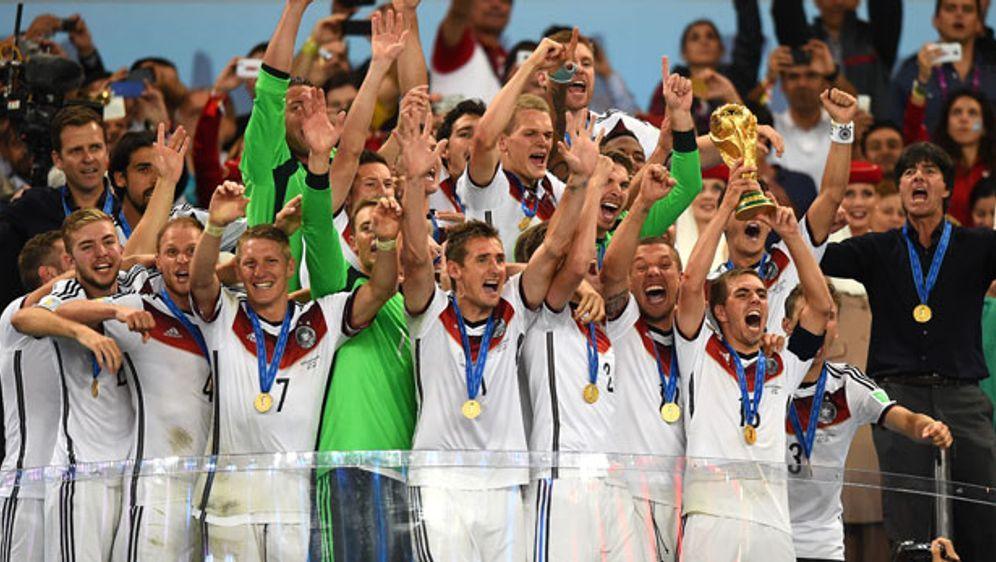 Die deutsche Mannschaft feiert den Gewinn des vierten Titels - Bildquelle: Getty