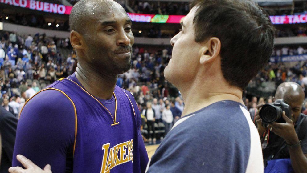 Mark Cuban (re.), Besitzer der Dallas Mavericks, ehrt Kobe Bryant auf eine b... - Bildquelle: Imago