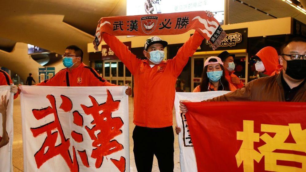 Fans des FC Wuhan Zall fiebern dem 25. Juli entgegen - Bildquelle: AFPSIDSTR