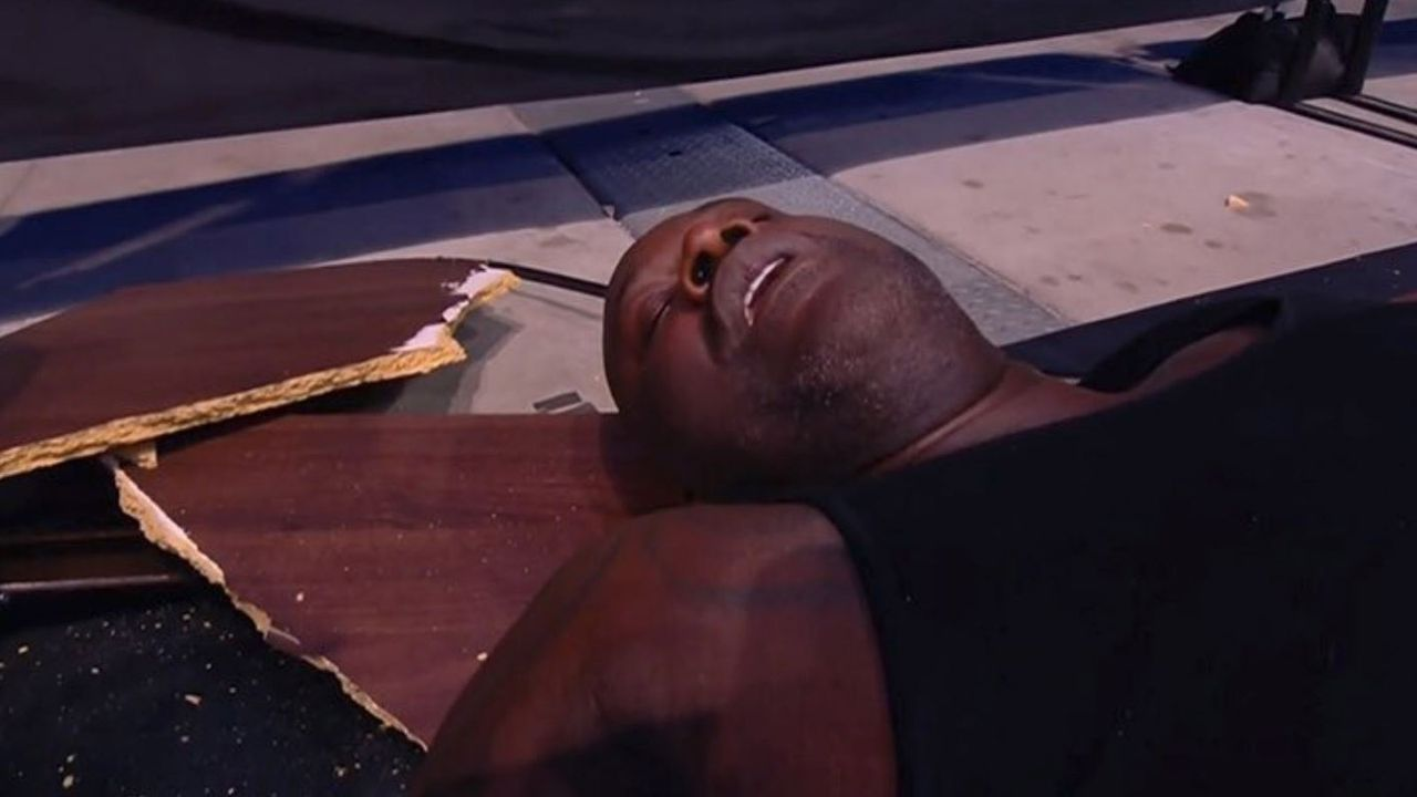 NBA-Legende Shaquille O'Neal geht beim Wrestling K.o.! - Bildquelle: AEW