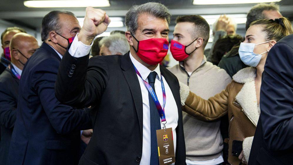 Joan Laporta (m.) wurde am Sonntag zum neuen Barca-Präsidenten gewählt. - Bildquelle: imago images/Cordon Press/Miguelez Sports