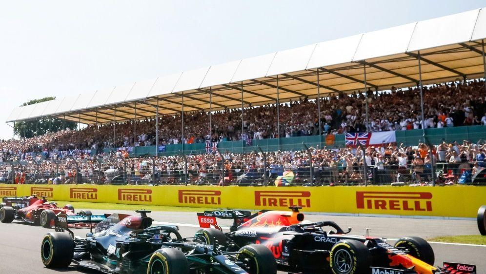 Die Konkurrenten Max Verstappen (r.) und Lewis Hamilton - Bildquelle: FIROFIROSID
