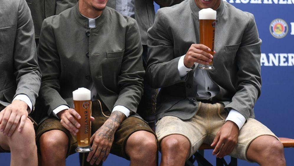 Bayerns Coutinho (l.) und Thiago beim Fotoshooting - Bildquelle: AFPSIDCHRISTOF STACHE