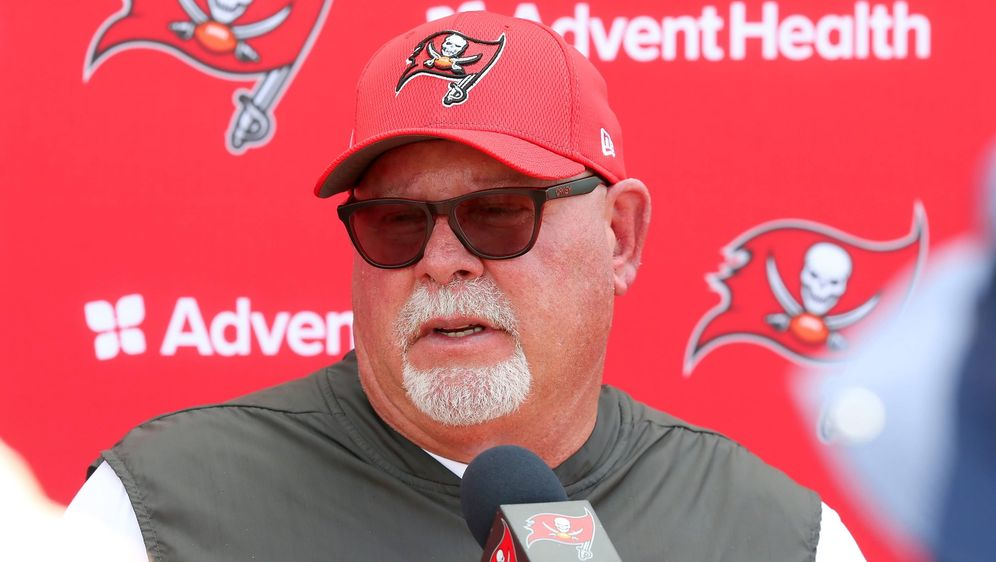 Head Coach Bruce Arians empfiehlt den Spielern der Tampa Bay Buccaneers eine... - Bildquelle: imago