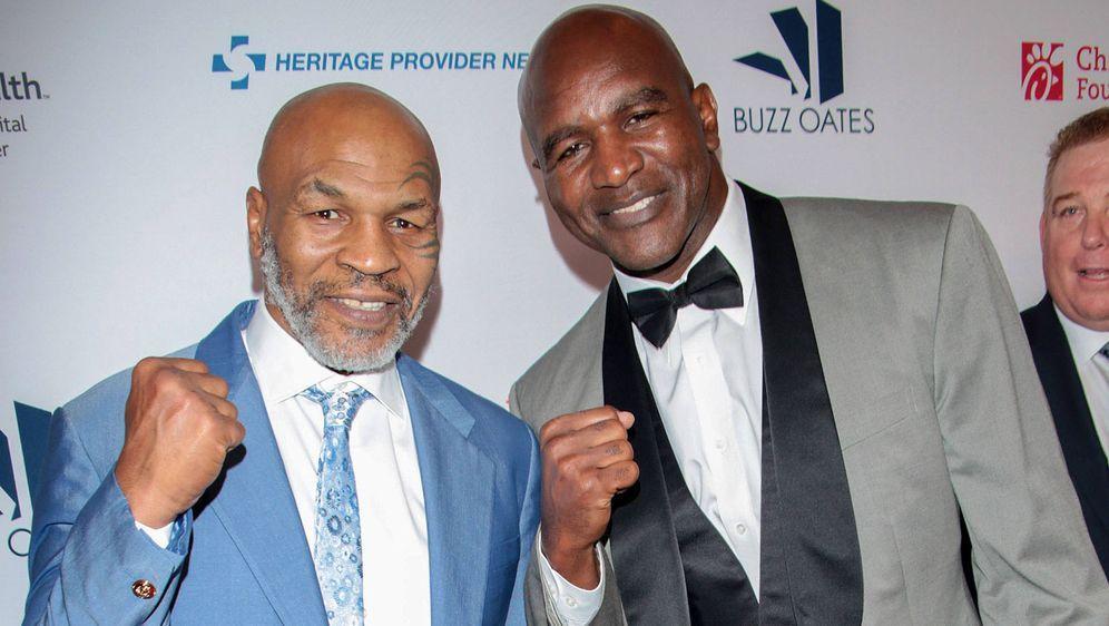 Mike Tyson (l.) und Evander Holyfield könnten sich schon bald im Ring duelli... - Bildquelle: imago images/Apress