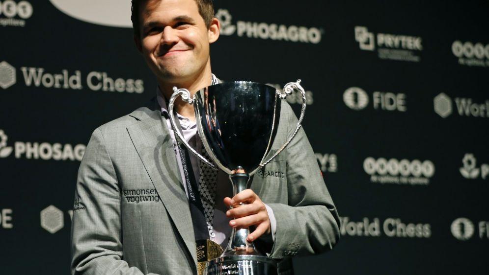 Magnus Carlsen konnte Caruana erst im Tiebreak schlagen - Bildquelle: AFPSIDTOLGA AKMEN