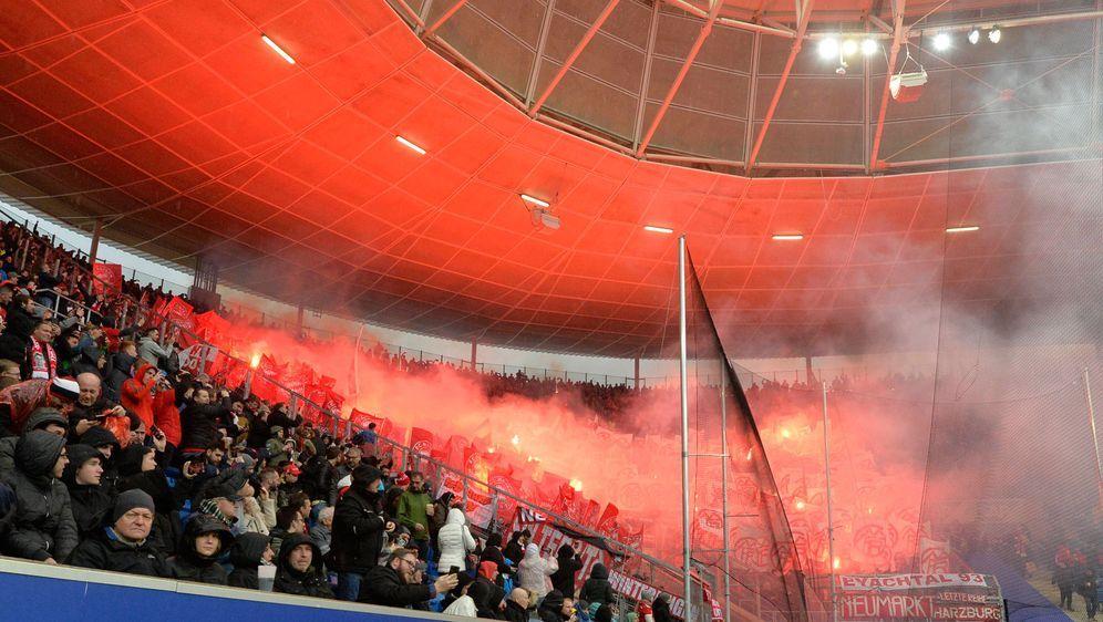 Bayern-Fans schmuggelten Pyrotechnik und Hassplakate ins Hoffenheimer Stadio... - Bildquelle: 2020 imago