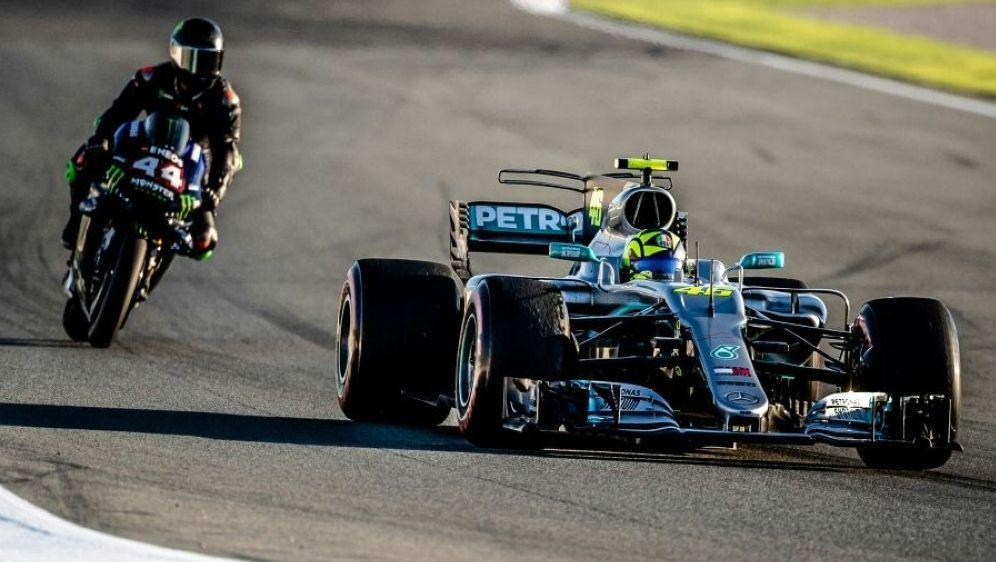 Hamilton auf zwei, Rossi auf vier Rädern unterwegs - Bildquelle: 2019 Yamaha Motor Racing Srl2019 Yamaha Motor Racing SrlSID