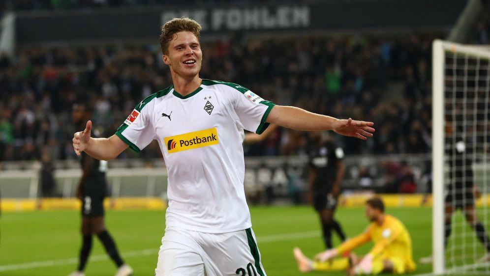 Nico Elvedi (l.) ist gegen Mainz vermutlich wieder fit - Bildquelle: Getty Images