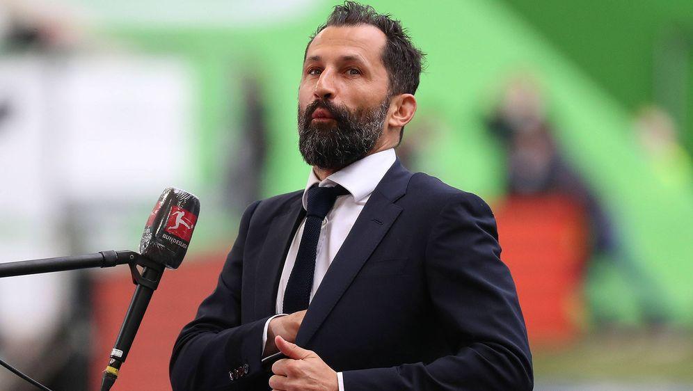 In einer Online-Petition wird die Entlassung von Bayern-Sportdirektor Hasan ... - Bildquelle: imago images/regios24