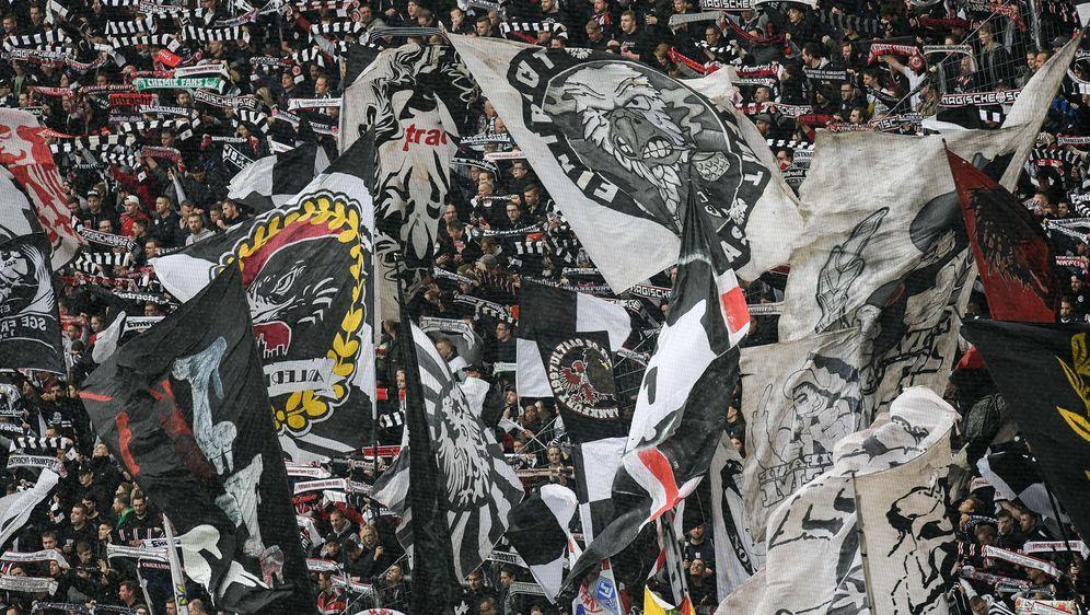 Neben einem von der UEFA-Verhängten Stadionverbot, hat auch die Stadt Lüttic... - Bildquelle: imago images/Jan Huebner