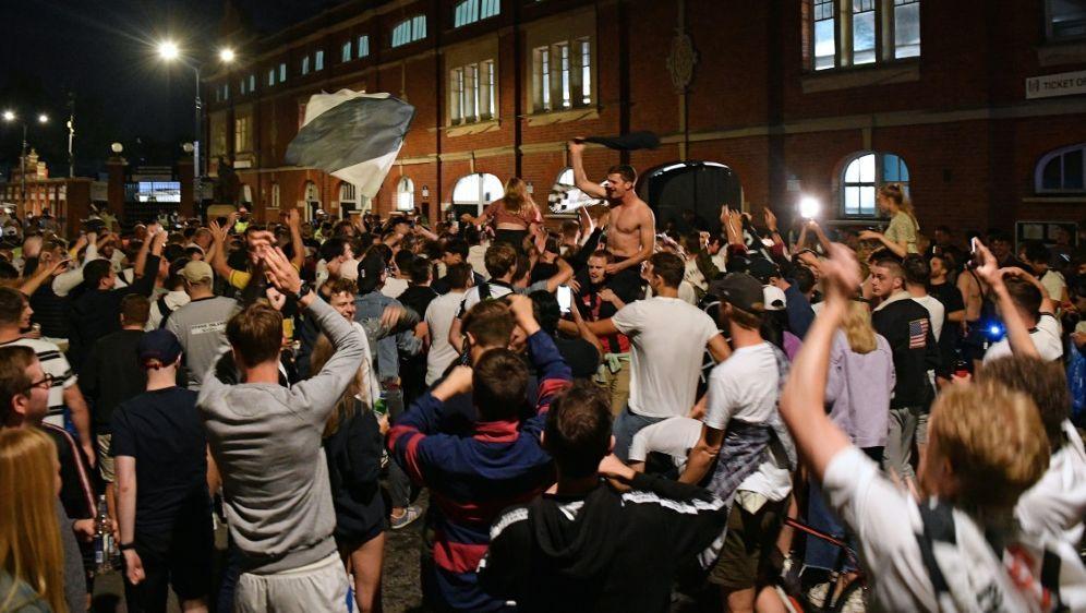 Coronaregeln missachtet: Fulham-Fans feiern den Aufstieg - Bildquelle: AFPSIDJUSTIN TALLIS