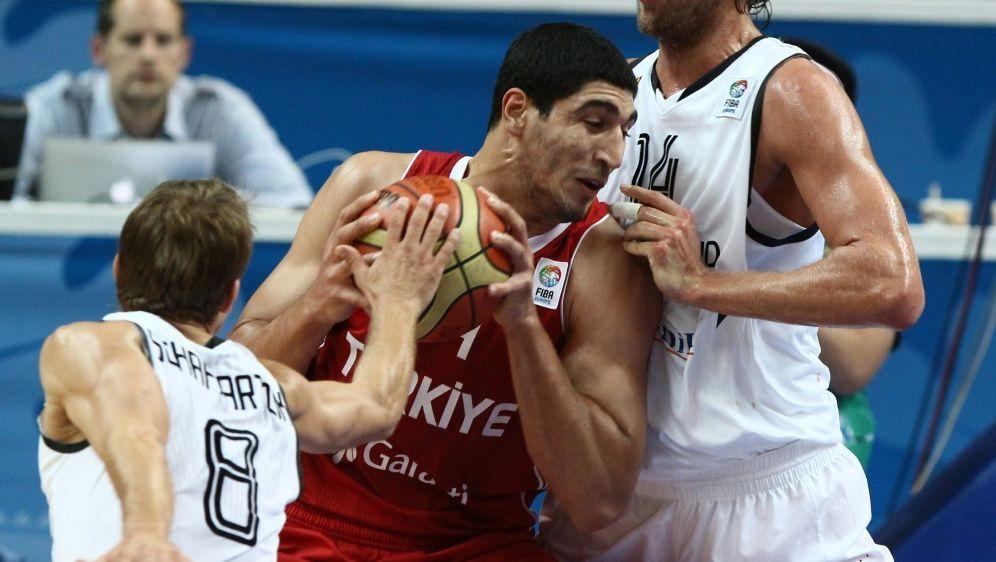 Der frühere türkische Nationalspieler Enes Kanter (M.) - Bildquelle: AFPSIDPETRAS MALUKAS