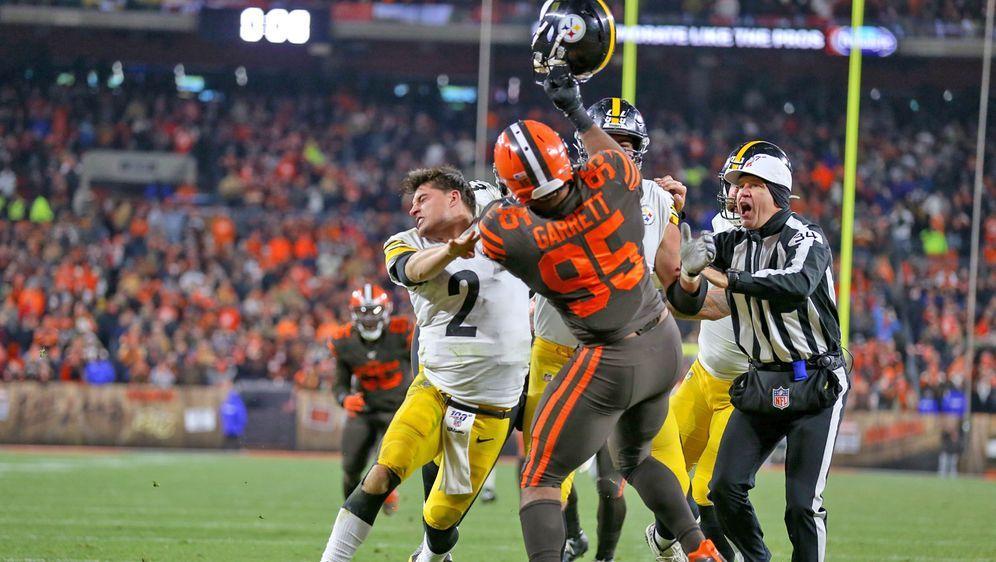 Der NFL-Skandal im Week 11: Myles Garrett schlägt mit dem Helm auf Steelers-... - Bildquelle: Imago