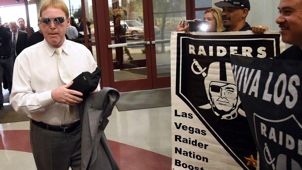 Raiders-Besitzer Mark Davis (li.) erhält große Unterstützung durch die Fan-B... - Bildquelle: 2016 Getty Images