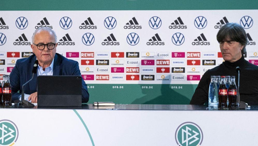 Keller (l.) gibt Bundestrainer Löw Rückendeckung - Bildquelle: AFP PHOTO  THOMAS BOECKER  DFBSIDTHOMAS BOECKER