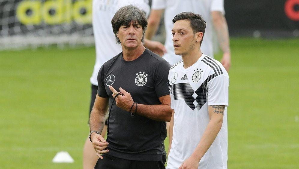 Mesut Özil (r.) absolvierte unter Löw 92 Länderspiele - Bildquelle: FIROFIROSID