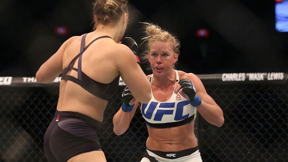 Holly Holm (re.) setzte Ronda Rousey bei UFC 193 schwer zu - Bildquelle: Getty Images