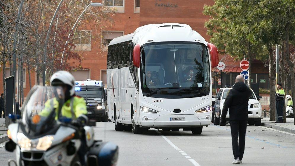 Der Mannschaftsbus von Real Madrid wurde attackiert - Bildquelle: AFPSIDJOSEP LAGO