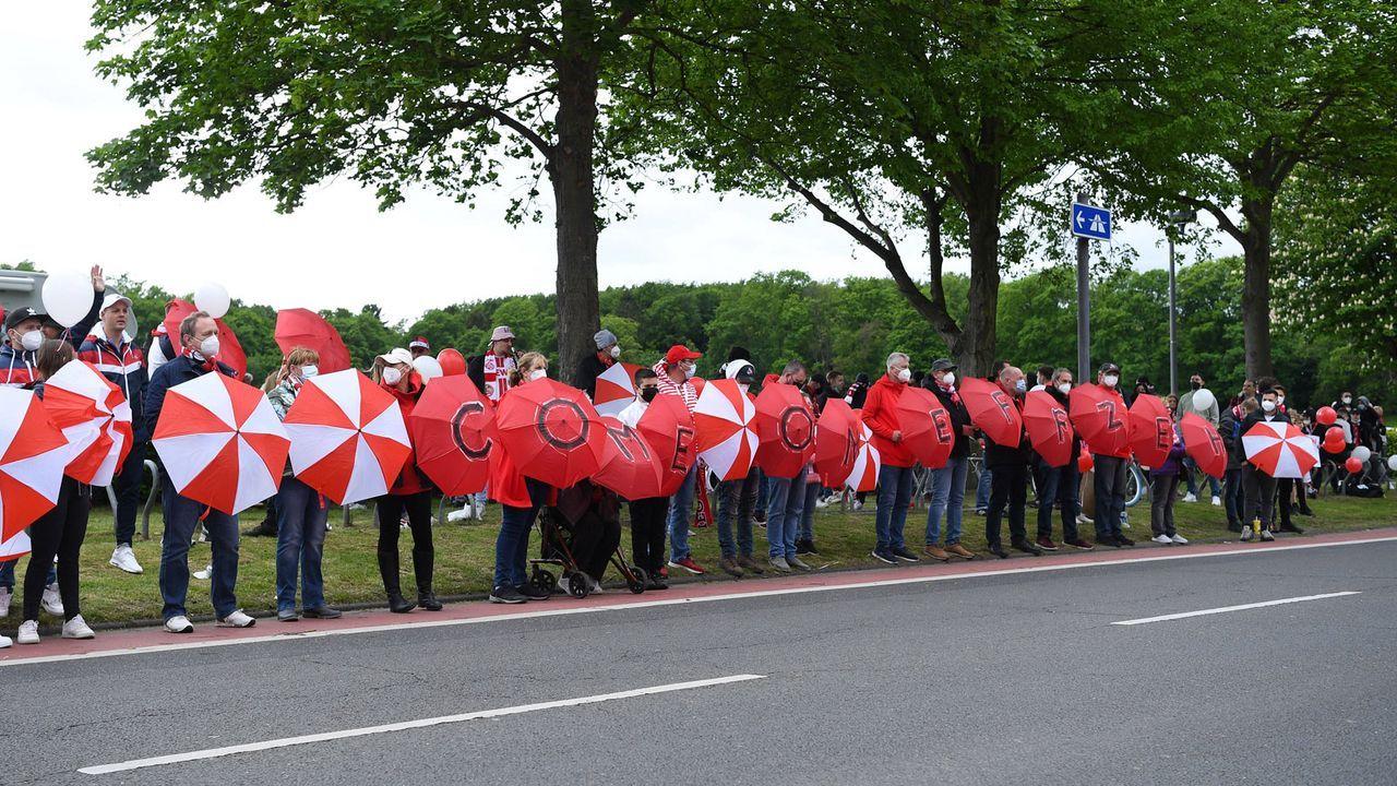 Köln: Choreo auf Regenschirmen - Bildquelle: Imago Images