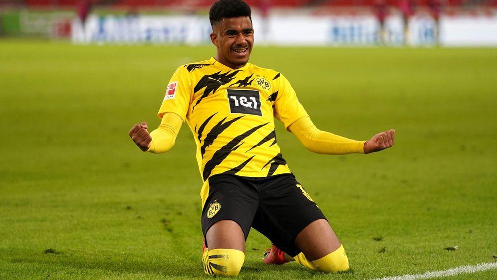 Dortmund jubelt nach knappem Sieg - Bildquelle: Imago