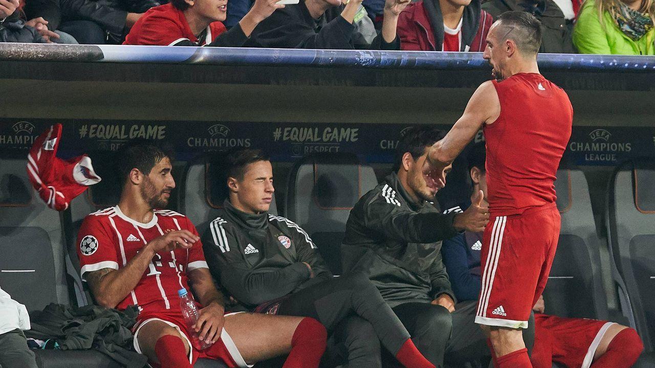 Ribery wirft nach Auswechslung sein Trikot weg (2017) - Bildquelle: imago/Sven Simon
