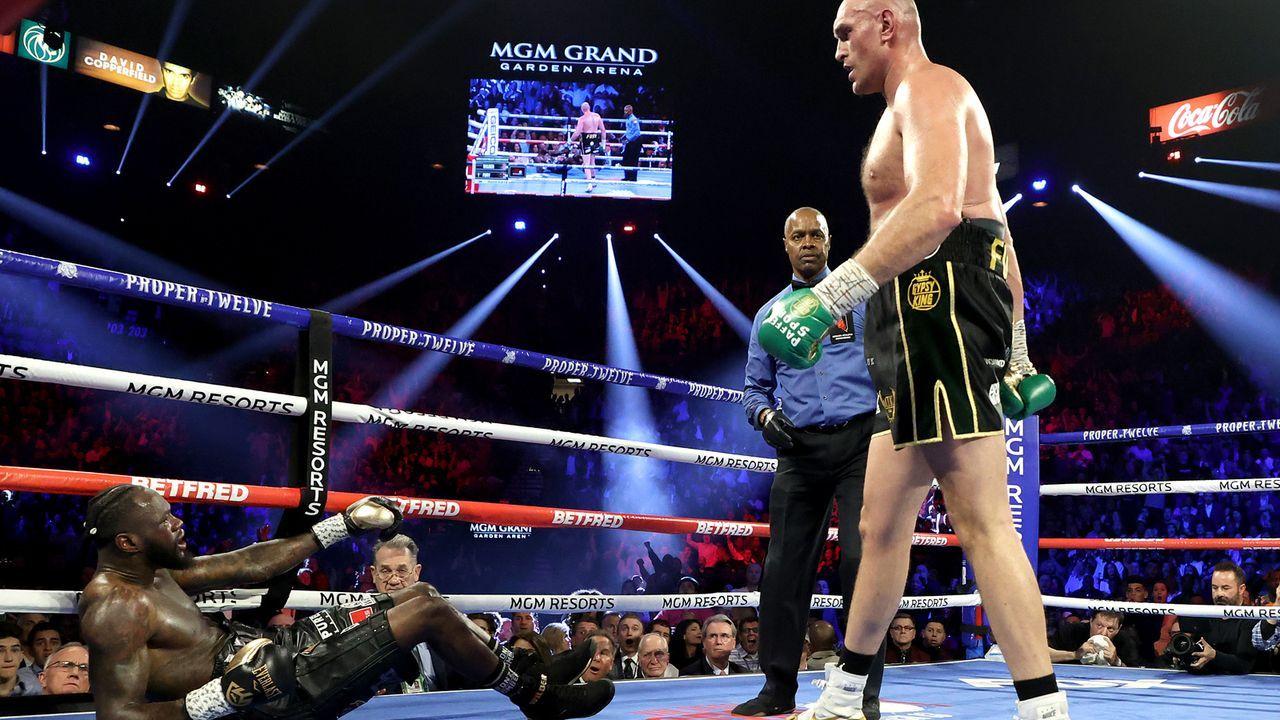 Fury schlägt Wilder zu Boden - Bildquelle: 2020 Getty Images