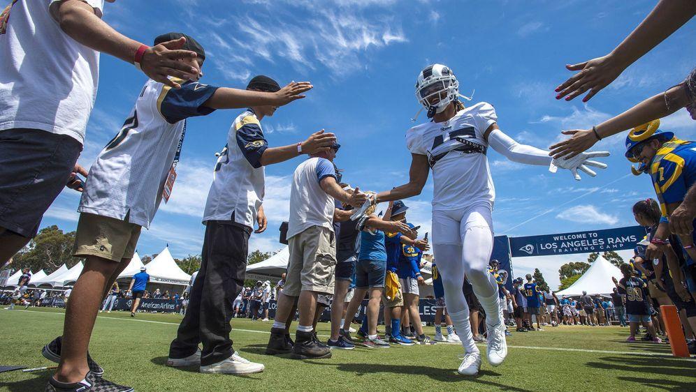 Hard Knocks will gleich zwei Teams in ihrer Preseaon zeigen: Rams und Charge... - Bildquelle: imago images
