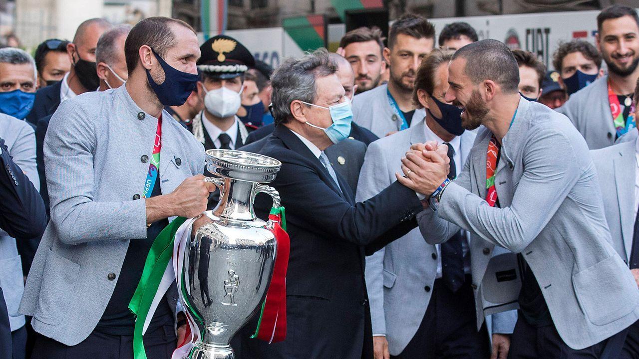 Ministerpräsident Draghi begrüßt die Mannschaft - Bildquelle: imago images/LaPresse