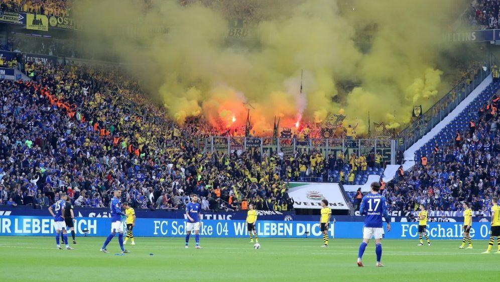 Dortmunder Fans zündeten Pyrotechnik im Gästeblock - Bildquelle: FIROFIROSID