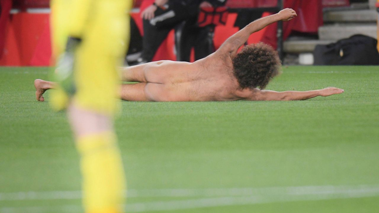 Europa League kurios: Nackter Flitzer trotz Geisterspiel - Bildquelle: imago images/Shutterstock