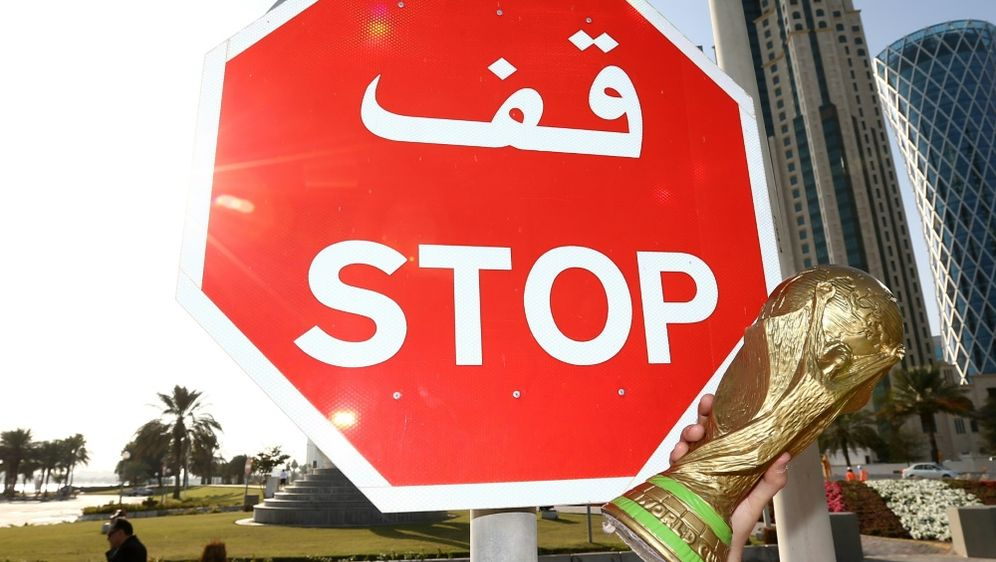 Die Austragung der Fußball-WM in Katar ist umstritten - Bildquelle: FIROFIROSID