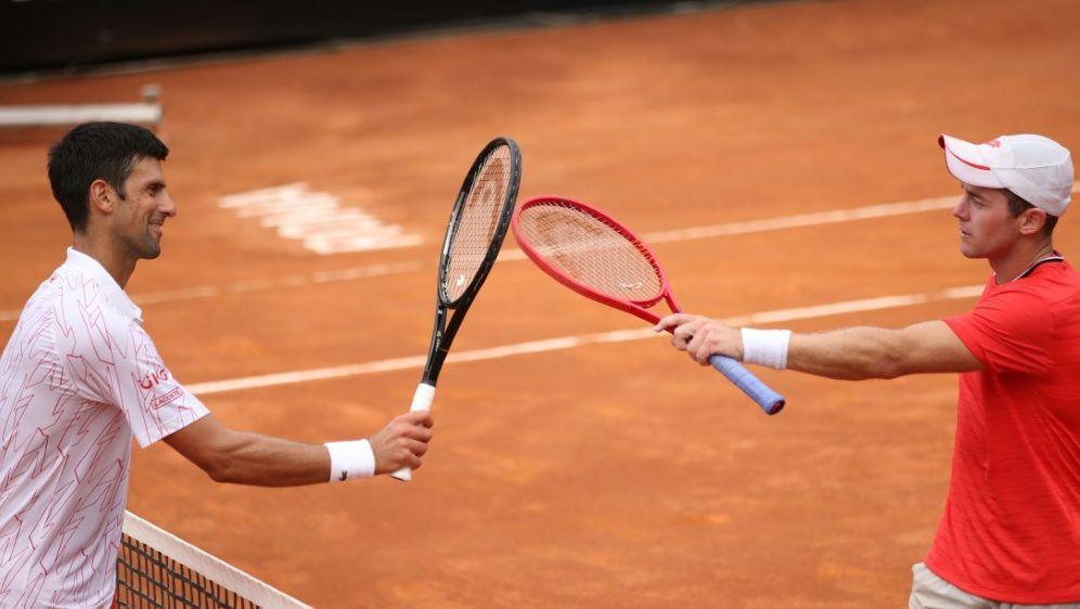 Novak Djokovic (l.) bezwingt Dominik Koepfer - Bildquelle: POOLAFPSIDCLIVE BRUNSKILL