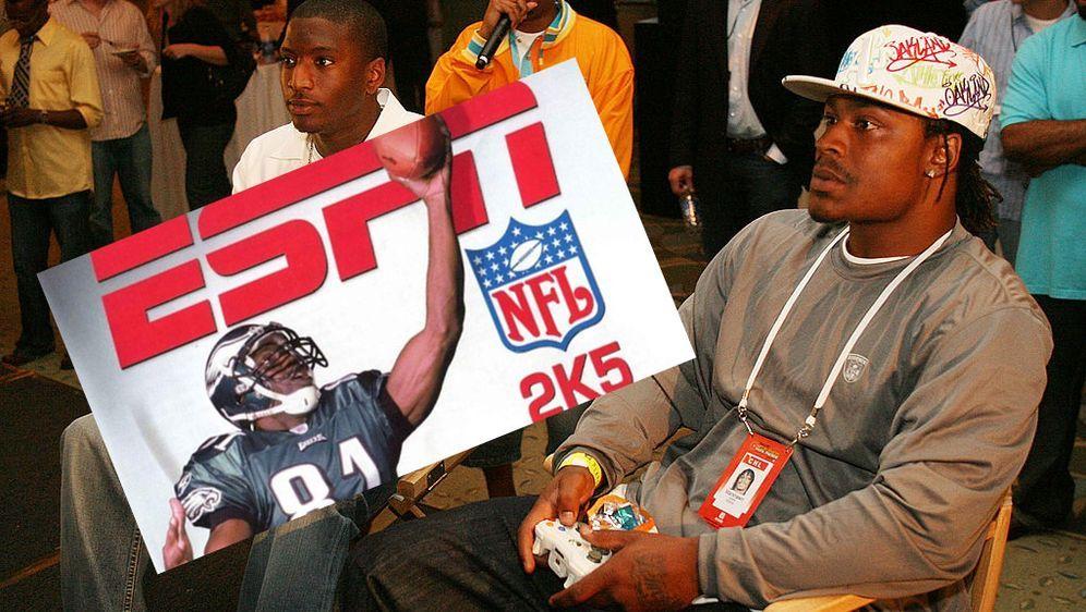 """Gute Nachricht für Konsolen-Spieler wie Marshawn Lynch (Foto, rechts): """"NFL ... - Bildquelle: Getty Images / Screenshot @NFL Update"""