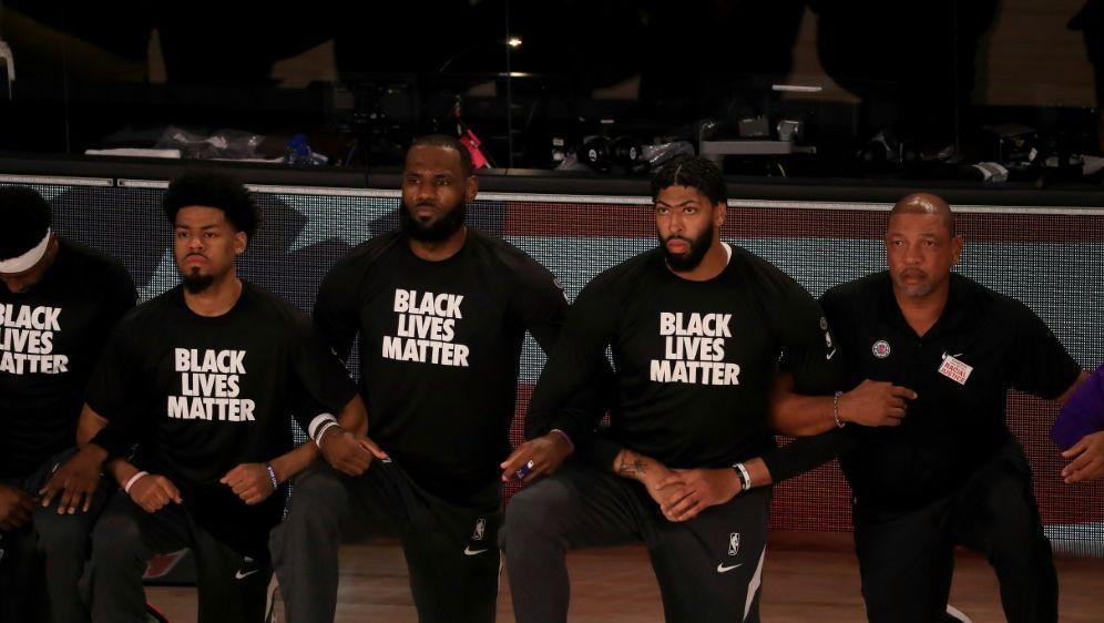 NBA-Profis um LeBron gehen auf die Knie - Bildquelle: GETTY AFPSIDMike Ehrmann