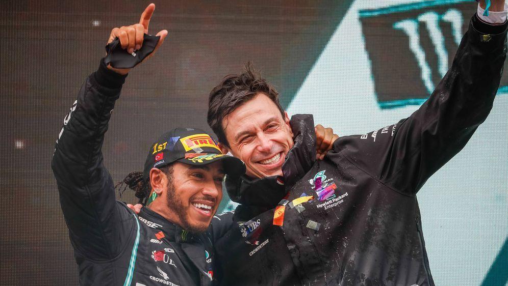 Werden Lewis Hamilton und Mercedes-Motorsportchef Toto Wolff auch im kommend... - Bildquelle: imago images/PanoramiC
