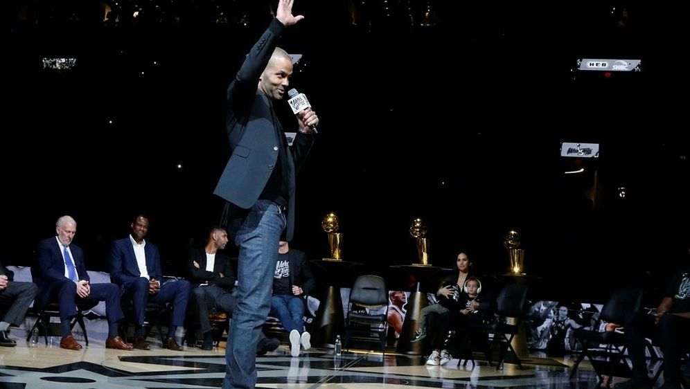 Parker wird für seine Verdienste bei den Spurs geehrt - Bildquelle: AFPGETTY SIDRonald Cortes