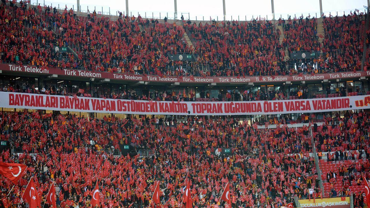 Fußball-Fans - Bildquelle: imago images/Seskim Photo