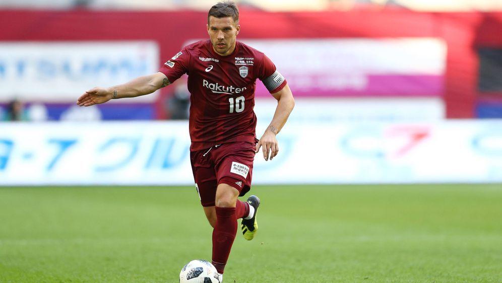 Lukas Podolski kassierte mit Kobe einen kuriosen Treffer - Bildquelle: Imago