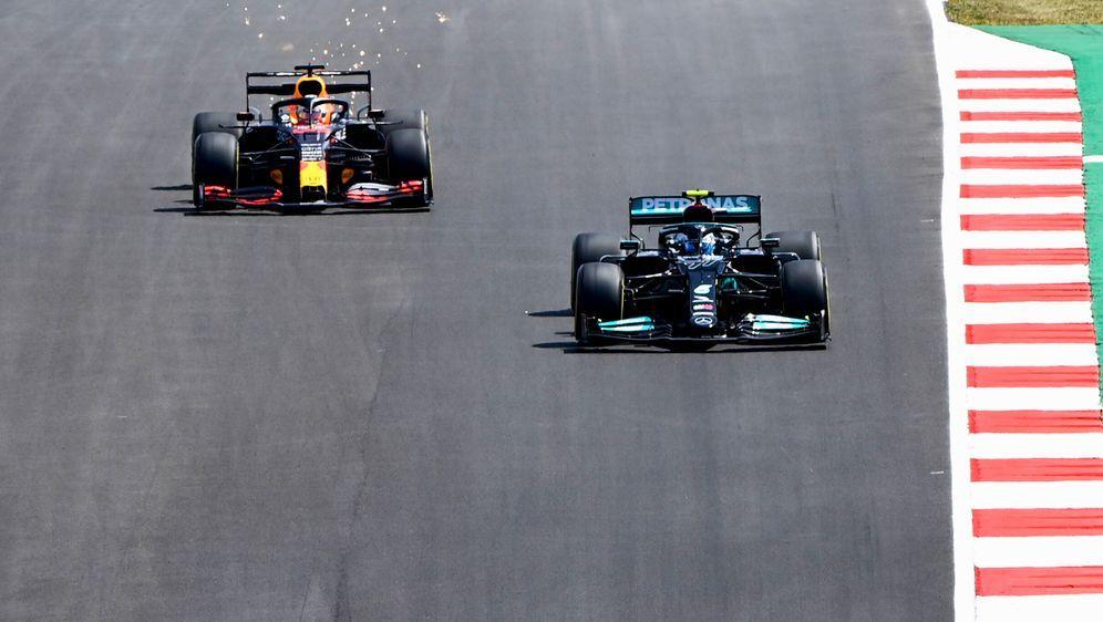 Formel-1-Weltmeister Lewis Hamilton (l.) behält die Oberhand gegen Max Verst... - Bildquelle: AFPSIDPATRICIA DE MELO MOREIRA